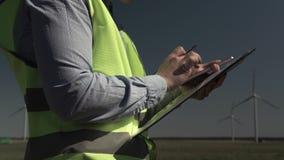 Den teknikerIn The Green västen rymmer Smartphone stock video