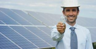 Den tekniska experten i photovoltaic paneler för sol- energi, fjärrkontroll utför rutinmässiga handlingar för systemövervakning s royaltyfri foto