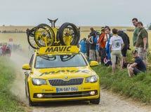 Den tekniska gula bilen av Mavic på en kullerstenväg - turnera de Fr Royaltyfria Bilder