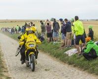 Den tekniska gula cykeln av Mavic på en kullerstenväg - turnera de F Royaltyfria Foton