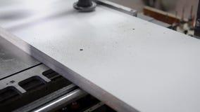Den tekniska vita träplattskärmen med svart pricker och skrapar stock video