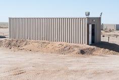 Den teknologiska behållaren som lokaliseras på en industriell zon Royaltyfri Bild