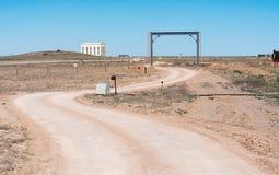 Den teknologiska vägen längs rörledningen på det industriellt plat Royaltyfri Bild