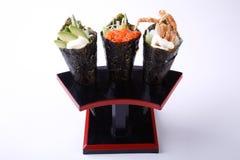 Den Temaki sushi, den kryddiga laxen för avokado och mjuka Shell Crab isolerade arkivfoton