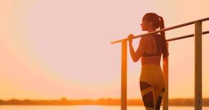 Den temakvinnasportarna och h?lsan Härlig caucasian kvinna med lockigt långt hår som poserar på jordning för utomhus- sportar stock video