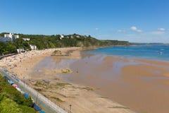 Den Tenby stranden Wales UK i sommar med turister och besökare slösar havet och himmel Royaltyfria Foton