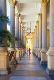 Den Termal varierar den mineraliska våren, pelare och korridoren i Karlovy, Tjeckien royaltyfria foton