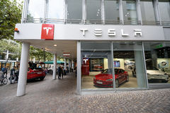 Den Tesla maskinen shoppar i Frankfurt Arkivfoto