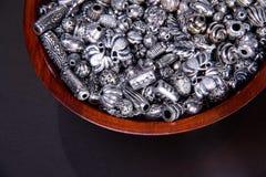 Den texturerade silversignalen sorterade metalliska tillverka pärlor för smycken Royaltyfria Foton