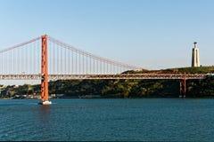 Den 25th April Bridge, nära Lissabon, Portugal Royaltyfria Foton
