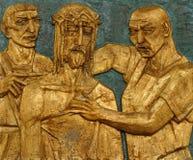 den 10th stationen av korset, Jesus rivs av av hans plagg Royaltyfri Bild