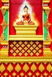 Den thai stilen för väggmålning och för skulptur på väggen av buddistiska vikarier Royaltyfri Bild