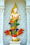 Den thailändska ängelskulpturen av buddismen Arkivbilder