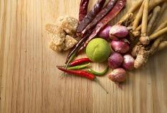 Den thailändska örtuppsättningen för framställning Tom-yum av den favorit- thai matmenyn uppvaktar på fotografering för bildbyråer