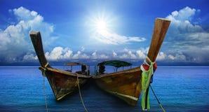 Den thailändska andamanen tailed länge fartyget som var sydligt av Thailand på havsstranden Arkivfoto