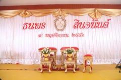 Den thailändska bröllopstiltabellen förbereder sig för att gifta sig par sitter och får Royaltyfri Bild
