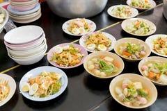 Den thailändska buddisten erbjuder mat till munkar i tempel Royaltyfri Bild