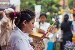 Den thailändska buddistiska kvinnan donerar sedeln Royaltyfria Foton