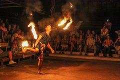 Den thailändska dansaren utför med brand Royaltyfri Fotografi