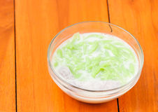 Den thailändska efterrätten, risnudlar som göras av ris som ätas med kokosnöten, lagar mat med grädde Fotografering för Bildbyråer