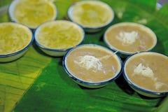 Den thailändska efterrätten som göras av mjöl, bananen, kokosnöten och kokosnöten gömma i handflatan socker royaltyfria foton