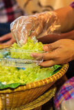 Den thailändska försäljaren säljer den strimlade riskornefterrätten till egenn Royaltyfria Foton