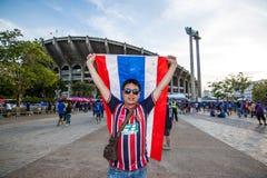 Den thailändska fanen väntade på fotbollsmatchen Arkivfoto
