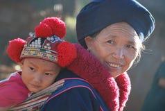 Den thailändska farmodern och sonsonen i traditionella klänningar Arkivfoto
