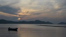 Den thailändska fiskaren förbereder sig att segla för fisk i havet på solnedgången, timelape lager videofilmer