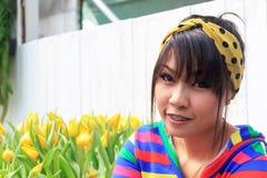 Den thailändska flickan är tand- stag Arkivfoto
