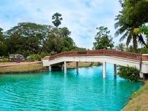 Den thailändska gamla bron i historiska Ayutthaya parkerar, Thailand Arkivfoto