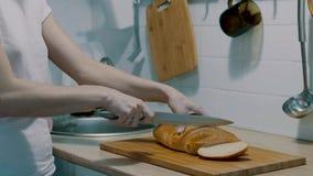 Den thailändska kvinnaköpmannen som lagar mat fransman släntrar, eller folket för handelsresande för bagettsmörgåsVietnam stil de arkivfilmer