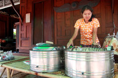 Den thailändska kvinnan gör traditionell thai mat Fotografering för Bildbyråer