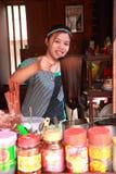 Den thailändska kvinnan gör traditionell thai mat Arkivbilder