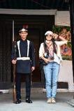 Den thailändska kvinnaståenden med nepalese tjäna som soldat den beväpnade polisen på Hanuman Dhoka Royaltyfria Bilder