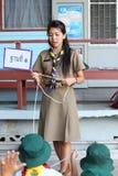 Den thailändska lärareflickan spanar Royaltyfri Foto