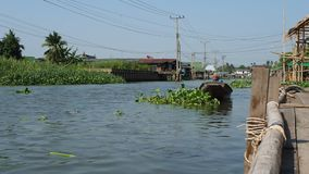Den thailändska mannen reser med fartyget på kanalen nära Bangkok arkivfilmer
