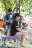 Den thailändska massagen vid den wood hammaren för fest gör ont plågor royaltyfri foto