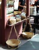 Den thailändska retro sötsaken för stilmatmellanmålet och den bakade utställningen shoppar Royaltyfri Fotografi