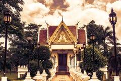 Den thailändska templet och molnig himmel i sol skiner Royaltyfri Foto