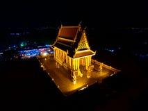 Den thailändska templet på natten är mycket härlig Arkivbilder