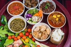 Den thailändska traditionella matmatställeuppsättningen kallade ` för den `-Kantoke matställen, arkivbild