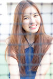 Den thailändska vuxna härliga flickan kopplar av och ler Royaltyfri Fotografi