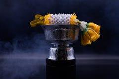 Den thail?ndska utrustningceremonin p? svart bakgrund med hopp och dyrkan royaltyfria bilder