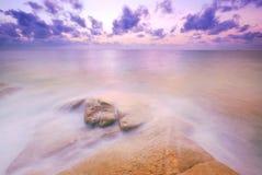 Den Thailand för soluppgång för solnedgången för stranden för havssandsolen stenen vaggar strandland Royaltyfri Fotografi