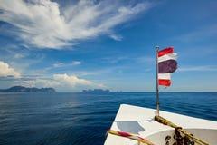 Den Thailand flaggan med fartyget seglar till den Koh Phi Phi ön, Thailand Royaltyfria Foton