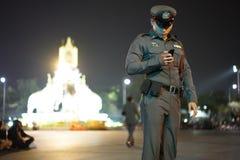 Den Thailand polisen i dyrkan gör till kung Rama 9 royaltyfria bilder