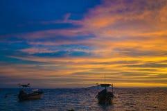 Den Thailand soluppgången, fartyg seglar utmed kusten på Arkivbild