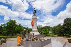 Den Thao Suranari statyn med härlig himmel på Thao Suranari parkerar, förbudet Nong Sarai, Pak Chong, Nakhon Ratchasima, Thailand Arkivbilder