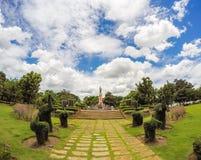 Den Thao Suranari statyn med härlig himmel på Thao Suranari parkerar, förbudet Nong Sarai, Pak Chong, Nakhon Ratchasima, Thailand Royaltyfria Foton